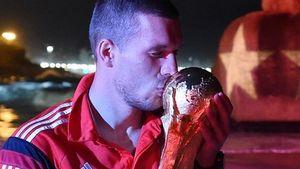 Zum Küssen: Poldi feiert immer noch mit WM-Pokal