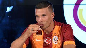 Lukas Podolski bei seiner Vertragsunterzeichnung bei Galatasaray