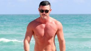 Sexy Anblick: Luke Evans trägt am Strand enge Mini-Badehose
