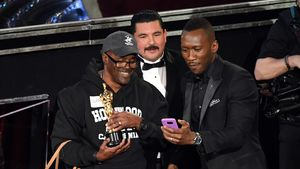 Mahershala Ali mit einem Fan bei den Oscars 2017