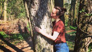 Liebes-Flaute? Hier knutscht Maike von Bremen einen Baum