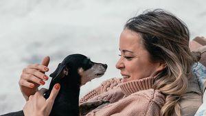 Marina Hoermanseder geht mit Halsband von totem Hund Gassi