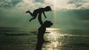 Nazan Eckes mit ihrem Sohn Lounis am Strand in der Türkei
