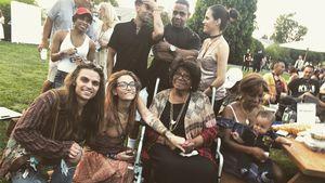 Paris Jackson singt auf der Bühne & ihre Oma feiert live mit