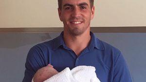 Strahlender Papa: Hier zeigt Philipp Lahm sein Töchterchen