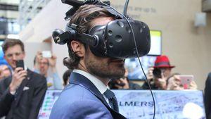 Als Technik-Tester: Prinz Carl Philip amüsiert in Hannover