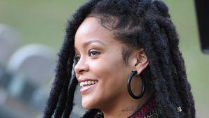 """Rihanna sitzt auf einer Bank am Set von """"Ocean's Eight"""""""