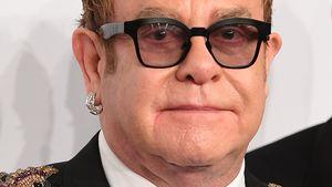 Autsch! Elton John kriegt Perlenkette ins Gesicht gepfeffert