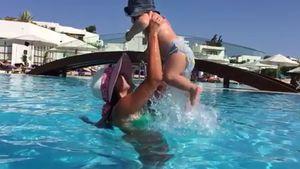 Sarah und Alessio Lombardi im Pool auf Kreta