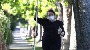 Spaziergang mit Tropf: Lena Dunham mit Infusion unterwegs