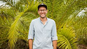 "So sieht er also aus: ""Love Island""-Stimme Simon Beeck!"