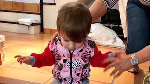 Große Schritte: Sophia Cordalis klaut Opa Costas Schuhe