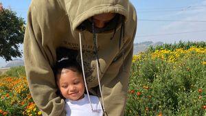 Mit Papa Travis: Kylie Jenner zeigt Stormi eine Kürbisfarm