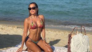 Wow! So heiß sonnt sich Moderatorin Sylvie Meis am Strand
