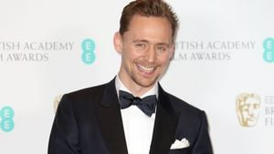Iiieeh! Tom Hiddleston hat seinen Co-Star angepinkelt