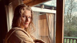 Nur im Bademantel: Toni Garrn zeigt stolz ihren Babybauch