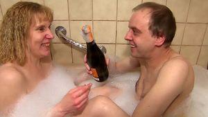 Melany und Tony Marony mit Sekt in der Badewanne