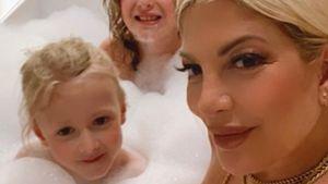 Weil sie mit ihren Söhnen badet: Tori Spelling bekommt Hate