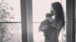 Überraschungsgeburt: PLL-Troian postet erstes Foto mit Baby