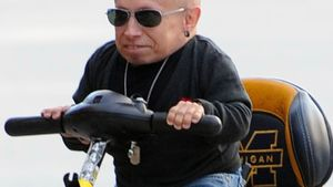 """Mini-Me"" Verne Troyer zeigt seinen coolen Scooter"