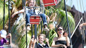 Vivienne und Knox Jolie-Pitt mit Angelina Jolie im Disneyland