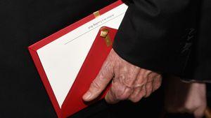 Warren Beatty mit dem falschen Oscar-Umschlag in der Hand