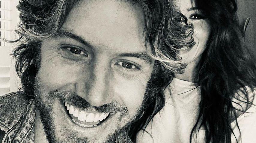 Adam Demos und Sarah Shahi, Schauspieler