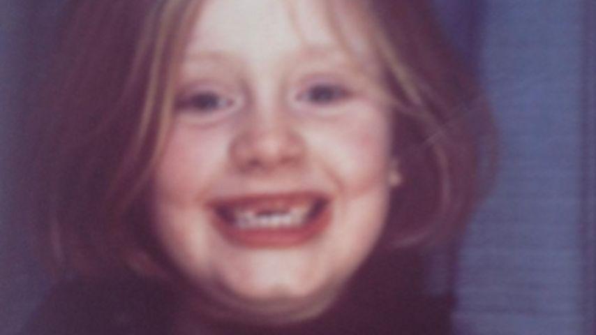 Niedlicher Frechdachs: Hier grinst die kleine Adele!