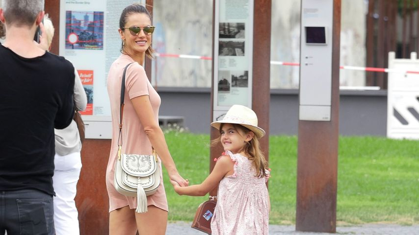 Alessandra Ambrosio mit Tochter Anja im Berliner Mauerpark