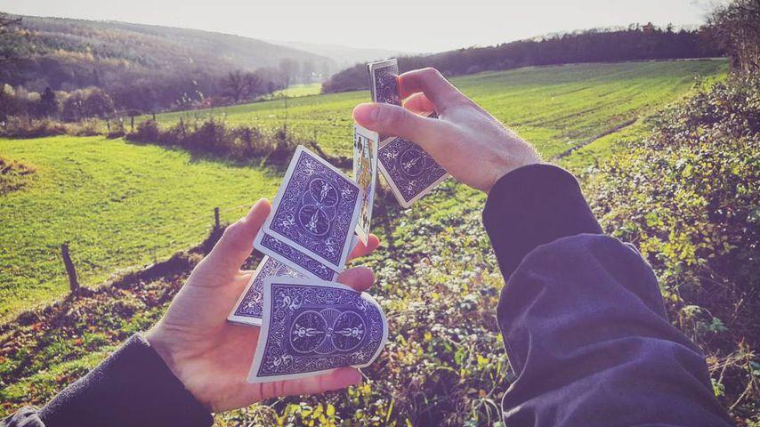 Alexander Milz zeigt einen Kartentrick