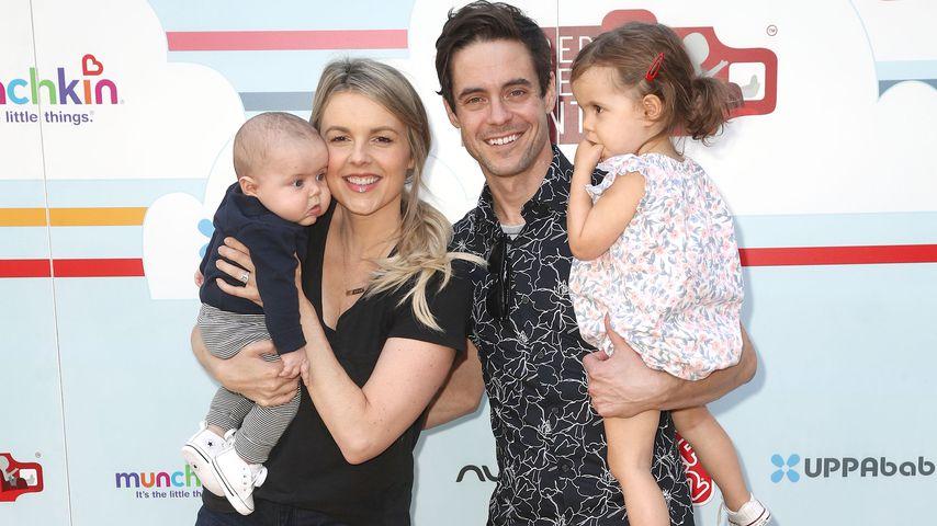 Ali Fedotowsky und Kevin Manno mit ihren Kindern