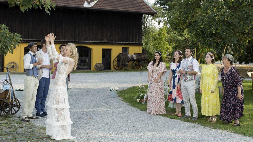 """Alicia (Larissa Marolt) wirft den Brautstrauß bei """"Sturm der Liebe"""""""