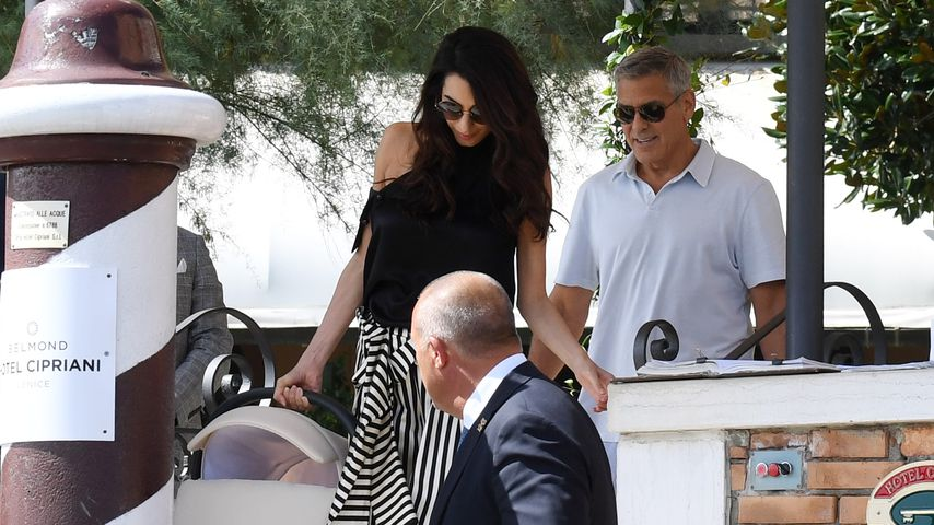 Amal und George Clooney mit ihren Babys in Venedig