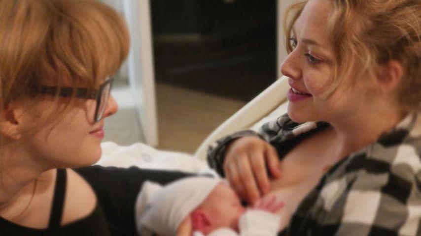 Foto-Throwback: Hier stillt Amanda Seyfried ihr Neugeborenes