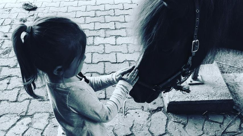 Amelia Stark mit einem Pony