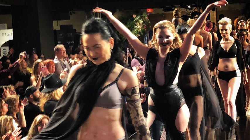 Stark! Brustkrebs-Überlebende zeigen Narben in sexy Lingerie
