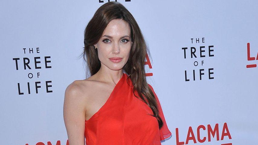 Heiratet Angelina Jolie etwa in einem roten Kleid?