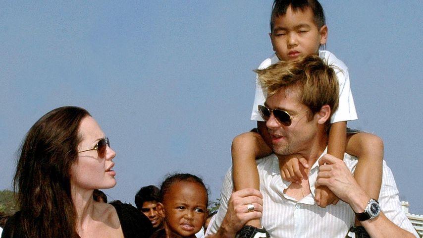 Angelina Jolie und Brad Pitt mit ihren Kindern Zahara und Maddox 2006 in Mumbai