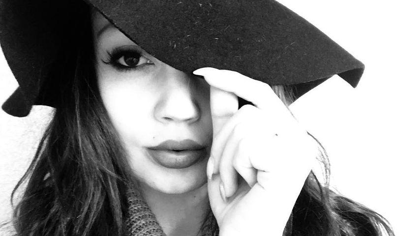 Angie Teubner macht ein Selfie mit Hut