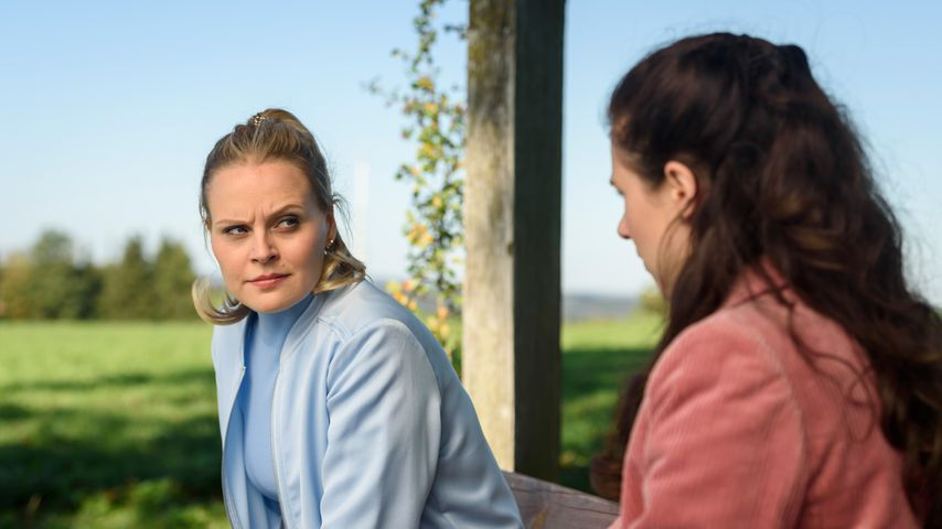 "Annabelle (Jenny Löffler) und Denise (Helen Barke) am Set der ARD-Telenovela ""Sturm der Liebe"""