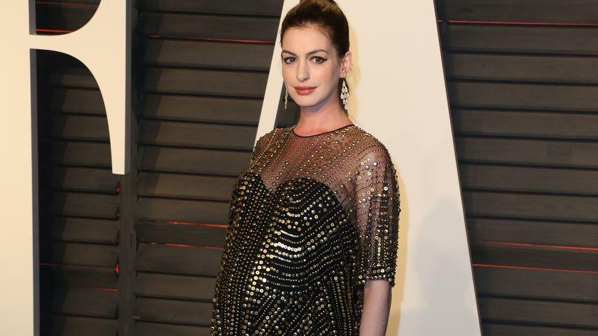 Anne Hathaway posiert schwanger auf dem roten Teppich bei den Oscars