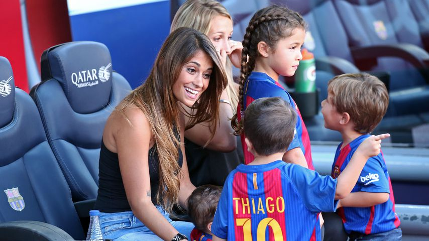 Antonella Roccuzzo mit ihren Söhnen Thiago und Mateo im Stadion von Barcelona