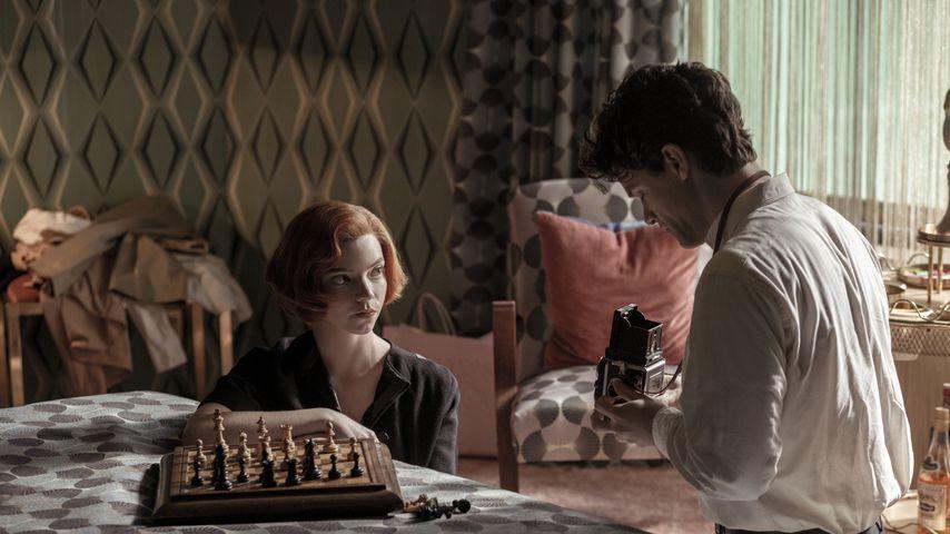 "Anya Taylor-Joy als Beth Harmon und Jacob Fortune-Lloyd als Townes in ""Das Damengambit"""