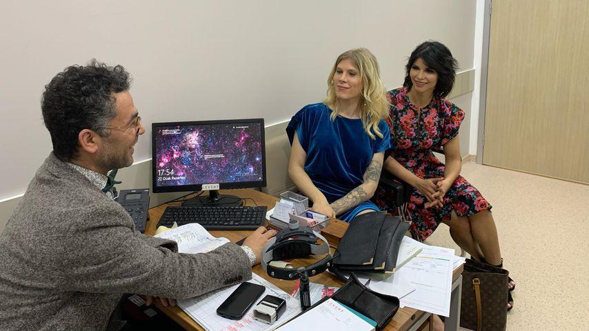 Arielle Rippegather und Mica Schäfer im Gespräch mit einem Arzt der Schönheitklinik Esteight Estetik