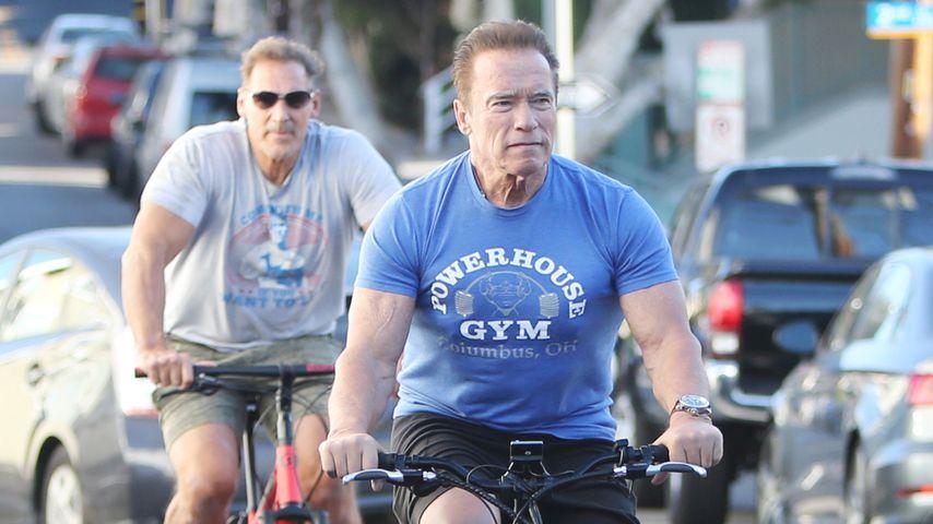 Muskel-Buddies: Hier radelt Arnie Ralf Möller davon