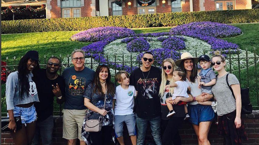 Ashlee Simpson und Evan Ross mit der Familie im Disneyland