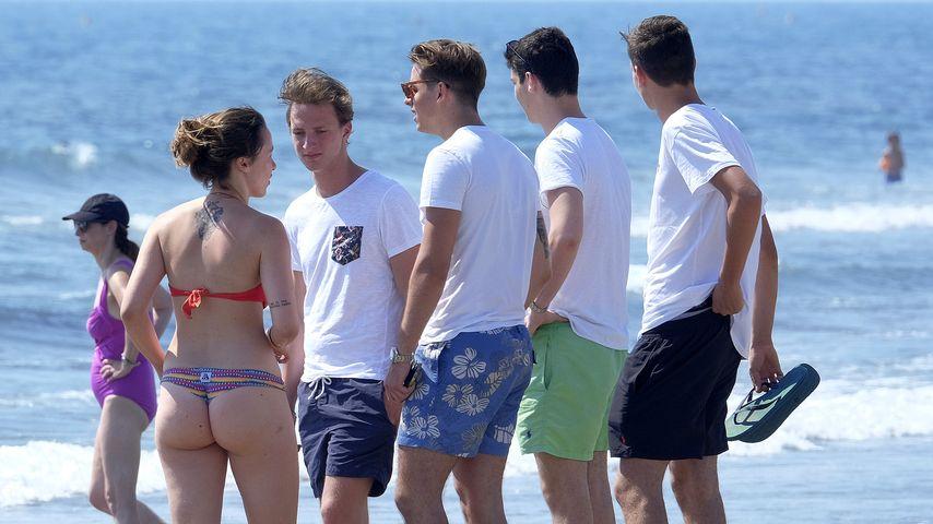Aurora Ramazzotti mit Freunden in Forte dei Marmi