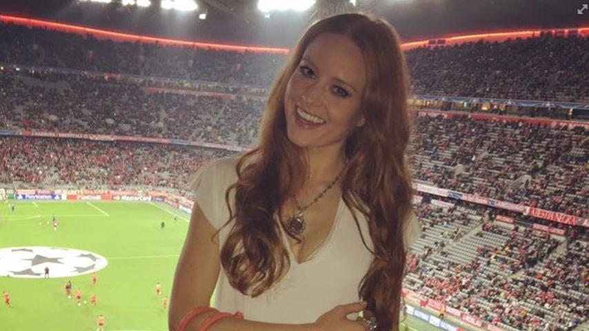 Edles Fangirl: Barbara Meier macht das Stadion zum Catwalk