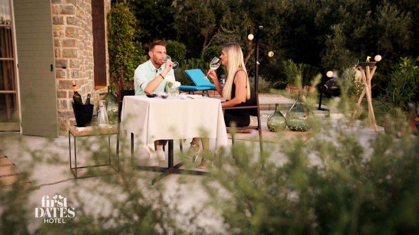 """""""First Dates Hotel""""-Barkeeper Rocco und die Kandidatin Jacqueline, 2021"""