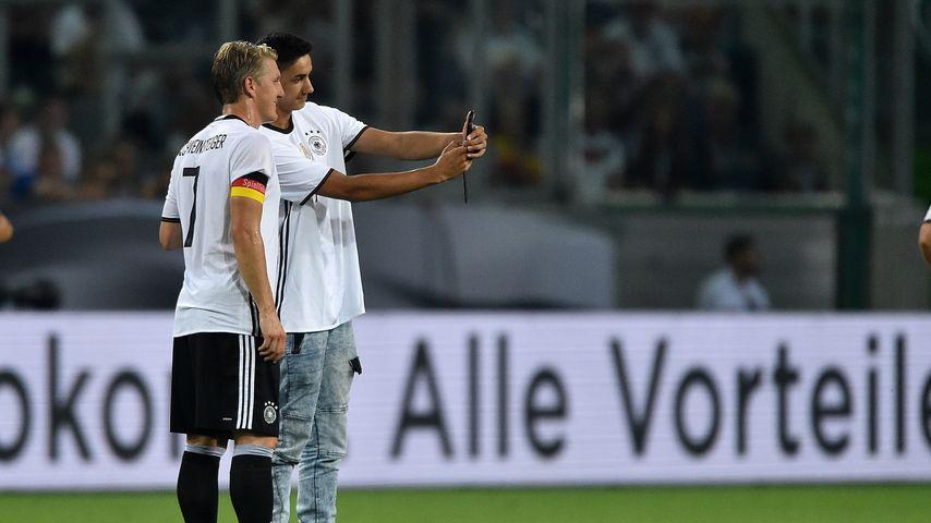 Schweini macht den Ronaldo: Flitzer erhält einmaliges Selfie
